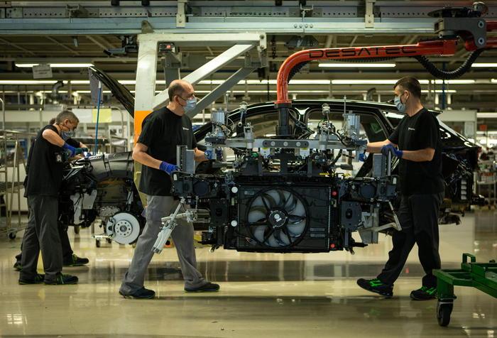 Forte contrazione attività manifattura e servizi in Italia