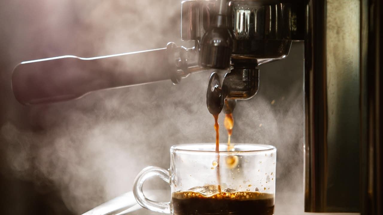 Bere caffè è nocivo per la salute: la dura verità secondo la scienza
